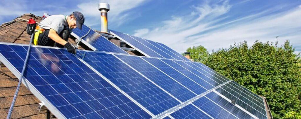 montaż paneli słonecznych na dachu domu jednorodzinnego