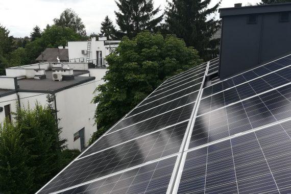 sun energy solutions - panele fotowoltaiczne na dachu domu jednorodzinnego