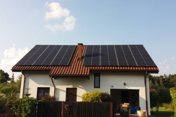 panele fotowoltaiczne na dachu domu jednorodzinnego