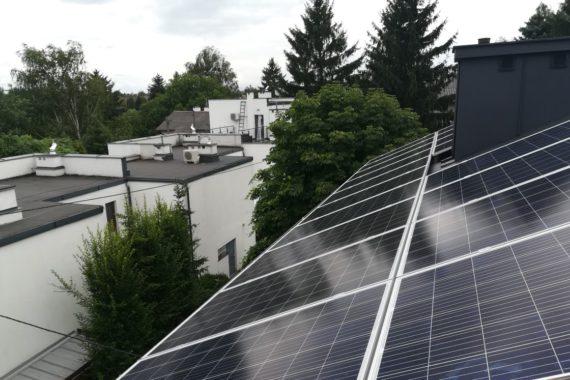 panele fotowoltaiczna na dachu płaskim