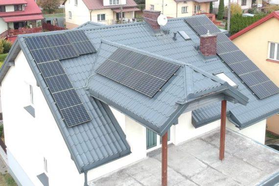 instalacja fotowoltaiczna na dachu domu jednorodzinnego