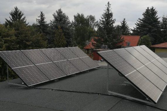 panele fotowoltaiczne na dachu płaskim