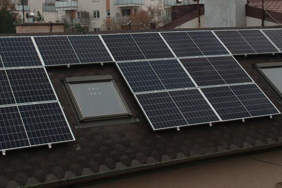 instalacja solarna na dachu domu jednorodzinnego