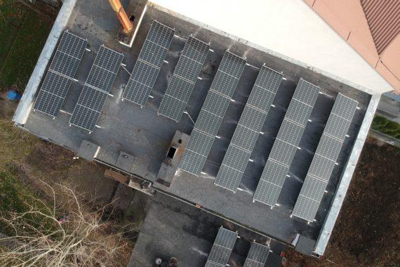 instalacja słoneczna na dachu płaskim budynku