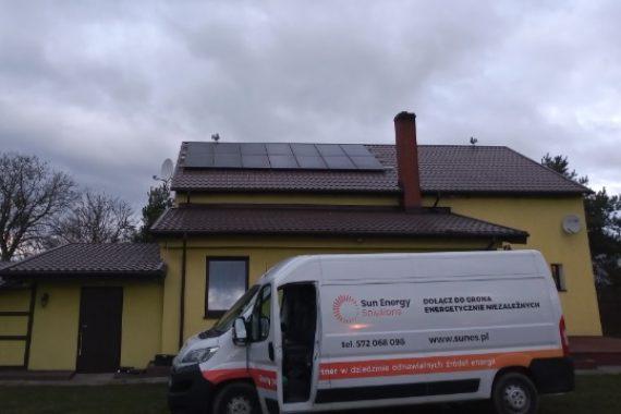 instalacj paneli słonecznych na dachu domu - luty 2020