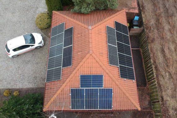 panele fotowoltaiczne na dachu domu jednorodzinnego - luty 2020