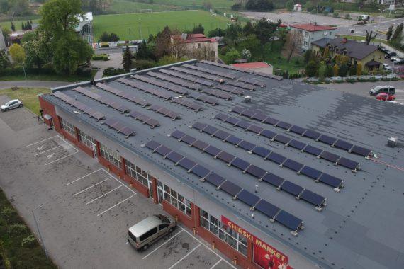 instalacja fotowoltaiczna 49,6 KW konstrukcja balastowa na dachu sklepu